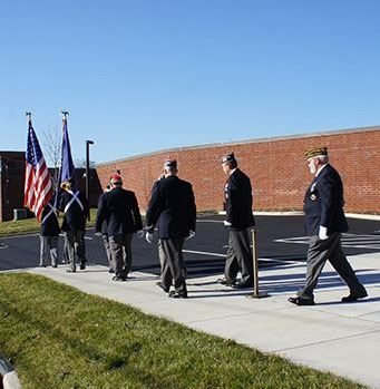 Groupe of veterans walking to a memorial